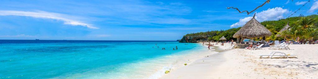 azuurblauwe zee bij het strand van Curaçao